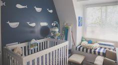 Um quarto fantástico decorado especialmente para o menino com lindos acessórios náuticos. As cores vermelho, branco e azul marinho aparecem para alegrar a produção.