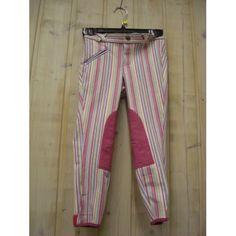 Vrolijke kinderrijbroek van het merk HKM. De broek kenmerkt zich door zijn vrolijke kleuren,strepen en roze kniestukken. De broekpijpen zijn voorzien van klittenbandsluiting en aan de voorkant zit een zak die met een rits gesloten kan worden. De broek kan gewassen worden tot 30 graden. Kleur: Roze, Aqua en pink. Nu in de aanbieding voor 17 euro! OP=OP!