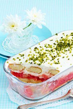 Dieses Dessert weckt Frühlingsgefühle: Fixes Rhabarberkompott landet mit Sahnequark, Löffelbiskuit und Pistazien-Crunch in der Form bevor wild drauf losgelöffelt wird. #rhabarber #rhabarberkompott #rhabarberzeit #trifle #kochen #rezepte #quarkcreme #dessert #nachtisch #rhabarberdessert