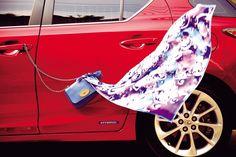 스트랩을 조절해 크로스백 또는 숄더백으로 연출할 수 있는 블루 미니 체인백 멀버리, 블루와 바이올렛 톤의 시원한 컬러감이 돋보이는 스카프 불가리.   Lexus i-Magazine 앱 다운로드 ▶ http://www.lexus.co.kr/magazine #CT #Fashion #Style #Trend #Magazine #Car #Lexus