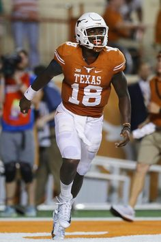 Tyrone Swoopes of the Texas Longhorns celebrates scoring a touchdown. Longhorns Football, Texas Longhorns, Ncaa College Football, Fighting Irish, Football Helmets, Alabama, Notre Dame, Tennessee, Celebrities