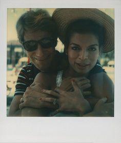 """Antes do smartphone, existia o filme instantâneo. E as polaroides de Andy Warhol são famosas: autorretratos, fotos de celebridades que eram amigas do artista… Elas já foram superbombadas em exposições, e agora viraram livro! """"Andy Warhol. Polaroids"""" conta com uma coleção de imagens só dele e de celebs que vai de 1958 e até a morte do artista-ícone pop, em 1987"""