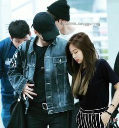 Suga being a protective, caring boyfriend at airport for tired jennie Swag Couples, Kpop Couples, Cute Couples, Bts Jungkook, Taehyung, Bts Girl, Girl Korea, Blackpink And Bts, Jennie