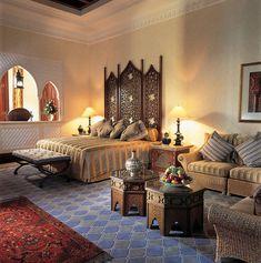 decoración de habitaciones interiores marroquíes -muebles de madera tallada, alfombras marroquies y tejidos para decoracion del hogar
