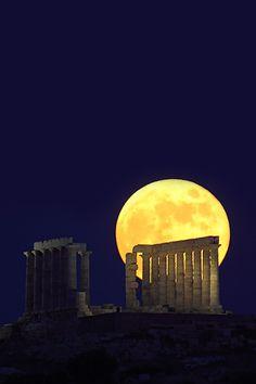 Full Moon Rising against the Temple of Poseidon, Sounion, Greece ~La Luna~ Beautiful Moon, Beautiful World, Beautiful Places, Full Moon Rising, Moon Rise, Stars Night, Stars And Moon, Tutorial Photoshop, Image Nature