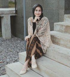 Dari dulu, kebaya selalu menjadi outfit kondangan formal yang biasa digunakan. Jika kamu berpikir bahwa model atasan brokat gitu-gitu aja, kamu salah ladies. Kini sudah banyak beragam model baju brokat sebagai atasan hijab kekinian yang banyak digandrungi anak muda. Penasaran seperti apa? Simak yuk! Kebaya Modern Hijab, Kebaya Hijab, Kebaya Muslim, Modern Hijab Fashion, Batik Fashion, Party Fashion, Fashion Outfits, Women's Fashion, Kebaya Wedding