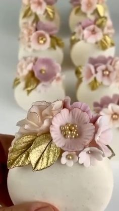 Beautiful idea for macarons Buttercream Flowers Tutorial, Fondant Flowers, Macaron Cookies, Macaron Cake, Wedding Desserts, Wedding Cakes, Beautiful Cakes, Amazing Cakes, Macaroon Recipes