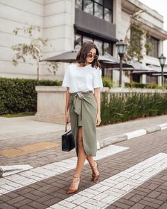 """Victória Rocha on Instagram: """"Look digno de uma empresária de sucesso, hahahaha. AMO quebrar propostas mais elegantes com peças mais casuais. Como essa saia mais…"""" Victoria, European Fashion, Casual Looks, Ideias Fashion, Midi Skirt, Lifestyle, Skirts, Outfits, Inspiration"""
