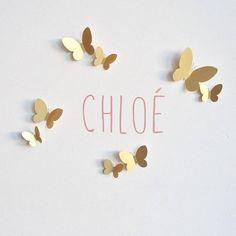 Kit de décoration poétique comprenant un sticker de couleur rose poudré personnalisable avec le prénom de votre choix (lettre de +ou- 6cm) et 18 papillons doré de différentes tailles. Les papillons sont fournis avec une mousse double face ou une barre de pâte a fixer, à préciser