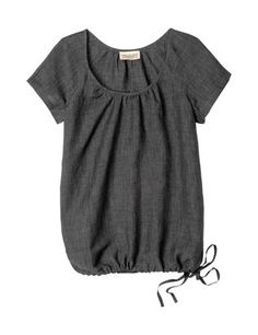 Easy top in a light, cleanly falling, crisp viscose/linen mix. Herringbone tape drawstring hem. Gathering into neck trim at front and back. Scoop neck. Short sleeves.