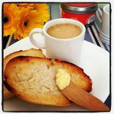 Café e pão com manteiga!