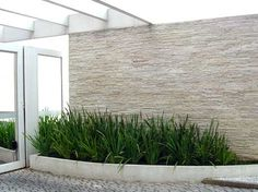A Decoração de Muros externos pode ser feita de diversas maneiras, você pode utilizar madeira, grafiato, entre outros. Explore algumas fotos e inspire-se.