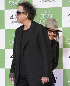 Enjoy the Life - copano: Cuando famosos arruinan las fotografías ... Jonhy Deep escondiéndose detrás de Tim Burton XD