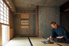 キッチンやベッドまでワンルームに収めたミニマムな生活空間と、茶道を嗜む非日常空間の茶室。両極の対比が豊かさを生む。 text_ Yasuko Murata