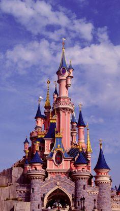 iPhone Wallpaper - Disneyland in Paris - Live Wallpapers Disney Phone Wallpaper, Travel Wallpaper, Paris Wallpaper Iphone, Disneyland Iphone Wallpaper, Art Disney, Disney Kunst, Tumblr Wallpaper, Wallpaper S, Wallpaper Ideas