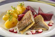 Gebratenes Doradenfilet auf Rote-Bete-Sauce mit Kressekartoffeln und karamellisiertem Rote-Bete-Gemüse
