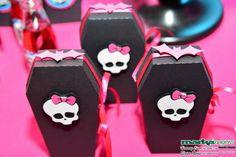 Caixa em formato de caixão Monster High. Decorada com papel para scrapbook, arte caveira em scrap 3D (em relevo) e fita de cetim. Caixinha utilizada para lembrancinhas, guloseimas. Para redução do frete as caixinhas são enviadas desmontadas. R$ 5,50