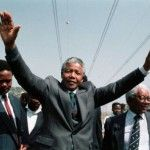 En 1995 el gobierno de Nelson Mandela creó la Comisión de la Verdad y Reconciliación, cuya finalidad fue investigar las violaciones a los derechos humanos..