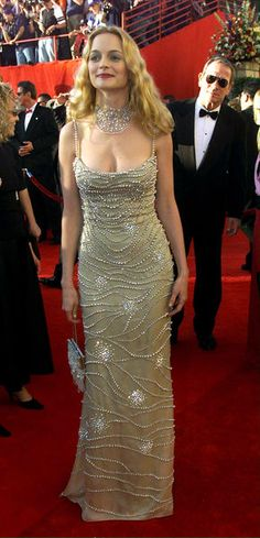 Oscars 2000 - Heather Graham, Oscar presenter for the first time work a beautiful shimmery Versace designed gown. Her diamond briolette choker by Fred Leighton was very impressive. Famous Girls, Famous Women, Heather Graham Hot, Oscar Fashion, Oscar Dresses, Nice Dresses, Formal Dresses, Amanda Bynes, Dressed To The Nines
