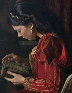 Natalie Dormer, reading a book in a gorgeous medieval dress Los Tudor, Tudor Era, Tudor Costumes, Movie Costumes, The Tudors Tv Show, Moda Medieval, The Other Boleyn Girl, Tudor Fashion, Tudor Dynasty