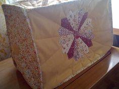 Varrógép takaró (Diti) - Meska.hu Napkins, Quilts, Blanket, Bed, Tableware, Scrappy Quilts, Dinnerware, Towels, Stream Bed