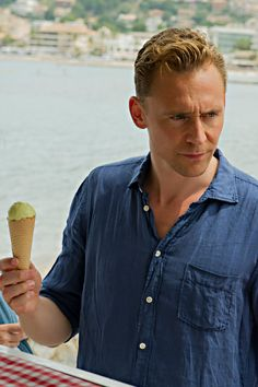 Tom Hiddleston in The Night Manager (episode 3). Full size image: http://tomhiddleston.us/gallery/albums/tv/thenightmanager/stills/1x03/022.jpg Source: http://tomhiddleston.us/gallery/thumbnails.php?album=658