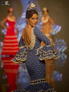Flamenco dancer, Spain, yes, so beautiful. I absolutely love the Flamenco dance.go to as many as I can when in Espana! Spanish Dress, Spanish Dancer, Spanish Style, Dance Fashion, Fashion Show, Net Fashion, Fashion Wear, Flamenco Costume, Style Clothes