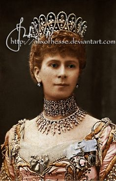 """Queen Mary: World expert at the """"more is more"""" school of jewelry-wearing"""