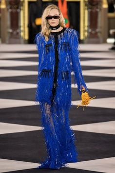 Balmain Spring 2020 Ready-to-Wear Fashion Show - Vogue Fashion 2020, Runway Fashion, Fashion Models, Fashion Outfits, Paris Fashion, Fashion Weeks, Fashion Spring, Blue Fashion, Fashion Designers