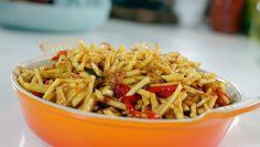 Zoals Alleen Oma Dat Kan | 2 minuten goudbruin. Haal de knoflook uit de pan met de schuimspaan. Laat de knoflook uitlekken op keukenpapier. Herhaal dit proces met de pepers en rawit....