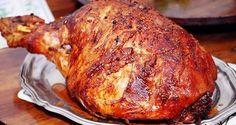 Ingredientes 1 Pernil de cerdo sin cuero 1 o2 Cervezas, según el tamaño del pernil 2 Tallos de cebolla larga 1 Cebolla cabezona 1 Pimentón 6 Dientes de ajos Tomillo Laurel. Sal y pimienta. …