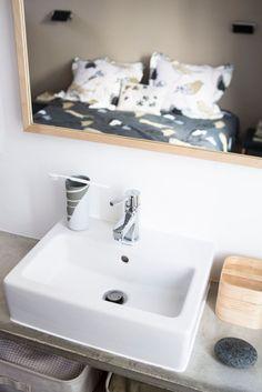 Vue de la chambre parentale reflétée dans un miroir Sink, Design, Vintage, Home Decor, Couture, Decoration, Home Remodeling, Paris Suburbs, Custom Furniture