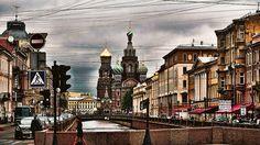 Saint-Pétersbourg : C'est le tsar Pierre le Grand qui a fondé et nommé cette ville russe célèbre en 1703. Le nom de la ville ne vient pas de son propre nom, mais de l'apôtre Saint Pierre. Fait intéressant, Pierre le Grand est mort dans la même ville (suite à un problème de vessie) en 1725.