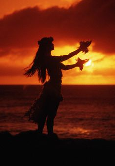 Traditional Hula Dancer & sunset in Hawaii. Hawaiian Girls, Hawaiian Dancers, Hawaiian Art, Hawaii Hula, Aloha Hawaii, Hawaii Travel, Polynesian Dance, Polynesian Culture, Dancer Silhouette
