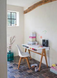 Witte bureau met ingebouwde opbergruimte.