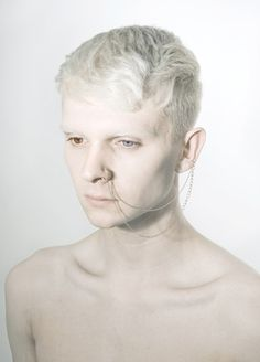 Young man with albinism and sectoral heterochromia Modelo Albino, Portrait Photos, Portraits, Pretty People, Beautiful People, Albino Model, Different Colored Eyes, People Of The World, Model Pictures