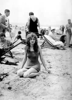 Fun on Deauville Beach - Photo essay on the French Riviera showing early bathing costume. The beach resort of Deauville was a ritzy getaway for France's wealthy. Vintage Mode, Vintage Ladies, Retro Vintage, Vintage Pictures, Vintage Images, Vintage Beach Photos, Vintage Beauty, Vintage Fashion, Vintage Hair