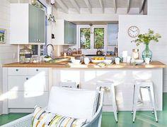 Keltainen talo rannalla: Värejä ja rustiikkia