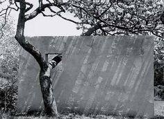 "1950_ mur avec ""fenêtre de l'arbre"" par Constantino Nivola"