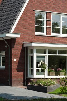 Verspringende bakstenen gevels en dakvormen zijn bepalend in de Vida bouwstijl. Nostalgisch en knus. Dream Home Design, House Design, Dutch Netherlands, Bay Windows, Simple House, Wood Doors, Holland, House Plans, Garage Doors