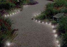 allée de jardin en gravillon et éclairage extérieur en spots LED