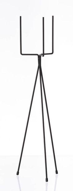 Soporte de la planta en 2 tamaños de Ferm Living. Este soporte adecuado para una planta y es de hierro con revestimiento de polvo negro mate.