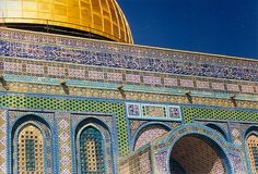 Dome of the Rock., with multiple renovations. Stone masonry and wooden roof decorated with glazed ceramic tile, mosaics, and gilt aluminum and bronze dome. Sacred Architecture, Architecture Details, Ap Art History 250, The Rock Photos, Terra Santa, Southeast Asian Arts, Dome Of The Rock, Temple Mount, Stone Masonry