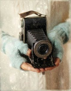 Love the blue gloves and the old camera Antique Cameras, Vintage Cameras, Vintage Winter, Vintage Love, Blue Gloves, Ansel Adams, Camera Photography, Taking Pictures, Belle Photo