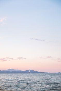 On continue le voyage en #Australie avec une belle sortie en voilier pour le coucher de soleil.  Décor paradisiaque garanti avec quelques dauphins qui s'amusent au loin.