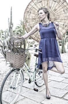 mujer con bicicleta en parque de Cactus , Barcelona