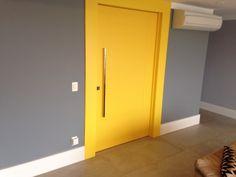 Porta pivotante com pintura laca P.U amarelo acetinado (Sayerlack) - Ecoville Portas Especiais