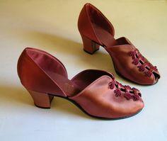 Vintage 1940s Daniel Green Copper Satin Peep-Toe Slippers. #vintage #1940s #slippes #shoes
