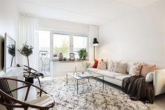 Un apartamento de estilo ¿nor-etnic? Home Decor Trends, Home Decor Inspiration, Ikea Couch, Piece A Vivre, Nordic Style, Nordic Design, Scandinavian Home, Minimalist Home, Home Living Room