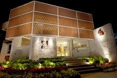 """El Huacal, restaurante de 400 m2 en Guadalajara, por Eos México. Diseño respaldado por el concepto de los huacales (una """"especie de cesta o jaula formada de varillas de madera, que se utiliza para el transporte de loza, cristal, frutas, etc"""".)"""